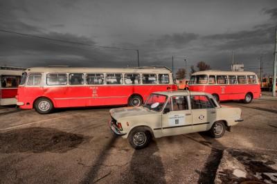 Duży Fiat i autobus Jelcz