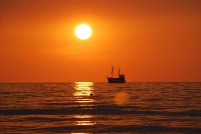 Zachód słońca ze statkiem
