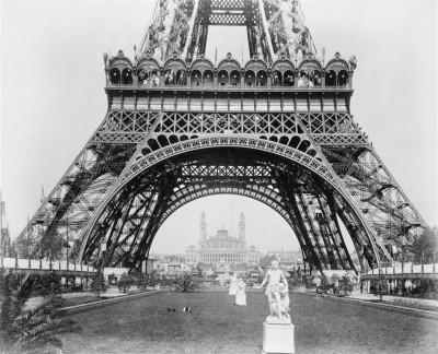Stare, czarno-białe zdjęcie Wieży Eiffla