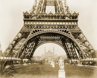 Stare zdjęcie Wieży Eiffla w sepii