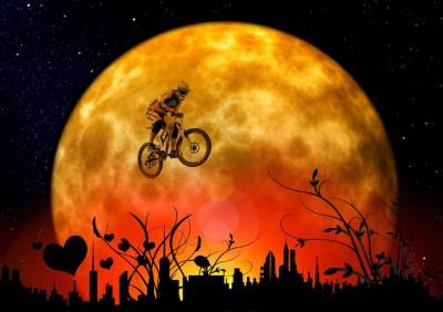 Motocyklista na tle księżyca