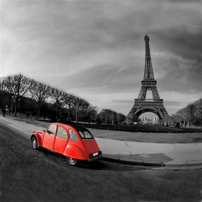 Czerwone autko przed Wieżą Eiffla