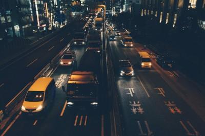 Ciężarówki w nocy
