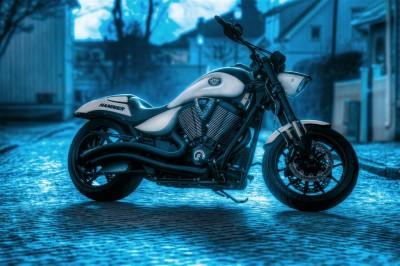 Motocykl Hammer w turkusowej scenerii