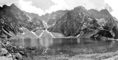Czarnobiałe zdjęcie z Tatrami