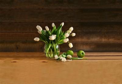 Białe tulipany w wazonie