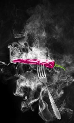 Różowa papryczka w dymie