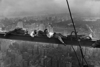 Leżący robotnicy na belce
