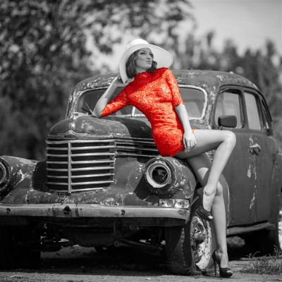 Kobieta przy starym samochodzie