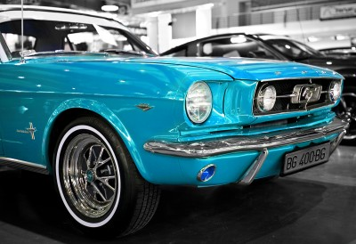 Turkusowy Ford Mustang