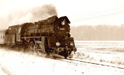 Parowóz Ol49-59 mknie przez śnieżycę