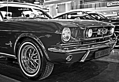 Czarno białe zdjęcie maski Mustanga