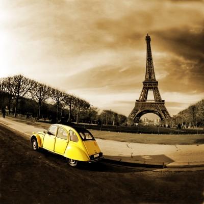 Żółty samochód przed Wieżą Eiffla