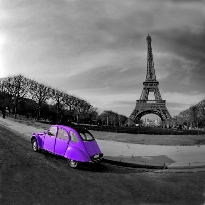 Fioletowe autko w Paryżu przed Wieżą