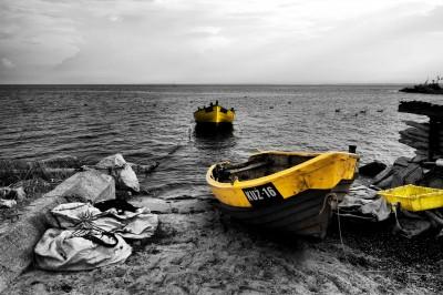 Łódki na bałtyckiej plaży