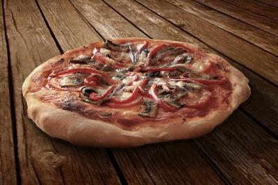 BG1453 Pizza na drewnianym stole