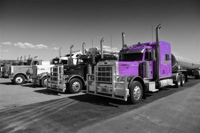 Fioletowy samochód ciężarowy