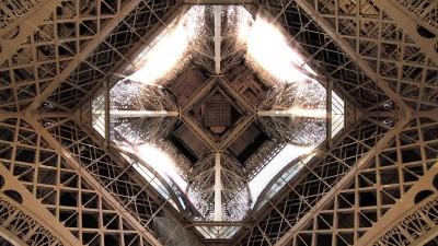 Wieża Eiffla od dołu
