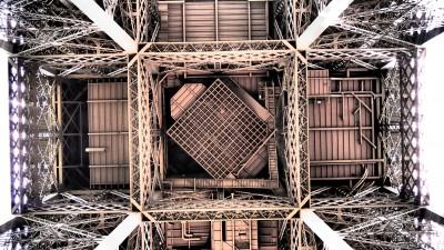 Paryż Wieża Eiffla widok z dołu