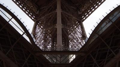 Paryska Wieża Eiffla zdjęcie od dołu