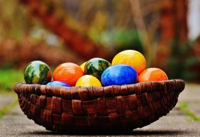 Kolorowe pisanki w koszyku