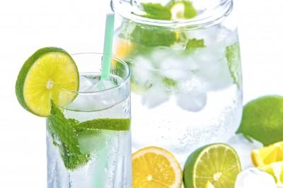Mineralna z cytryną, limonką i miętą