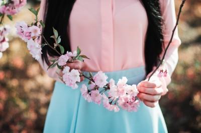 Japonka z kwitnącą wiśnią