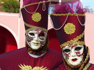 Tancerze w maskach weneckich