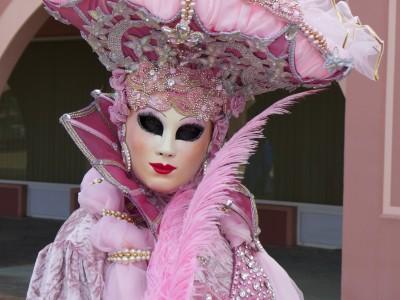 Różowa maska karnawałowa