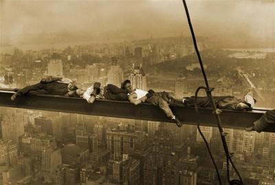 Leżący robotnicy na belce w sepii