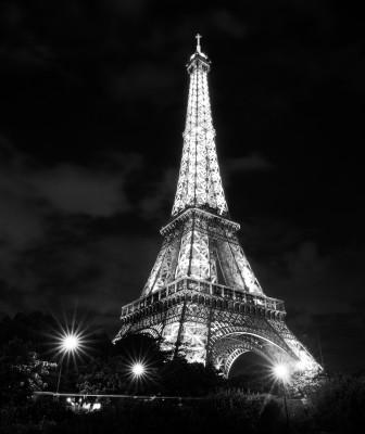 Czarno-białe zdjęcie Wieży Eiffla