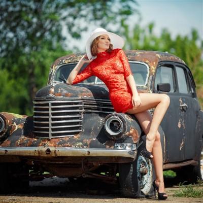 Dziewczyna przy starym samochodzie