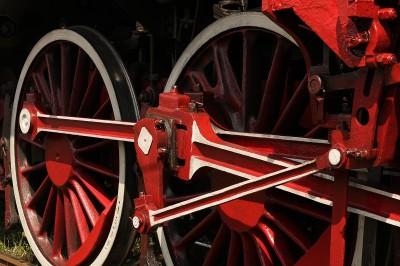 Czerwone koła lokomotywy parowej