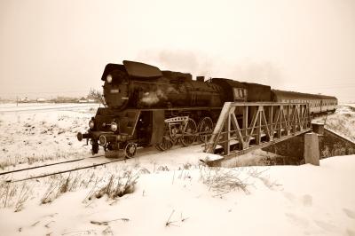 Parowóz Ol 49-59 z wagonami osobowymi