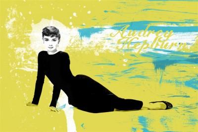 Audrey Hepburn siedzi