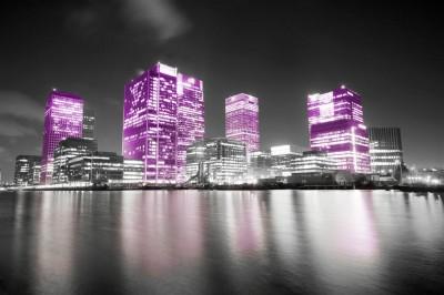 Fioletowe światła na spokojnej wodzie
