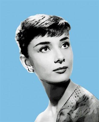 Audrey Hepburn portret na niebieskim tle