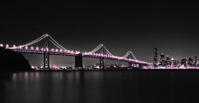 Most z fioletowymi światłami