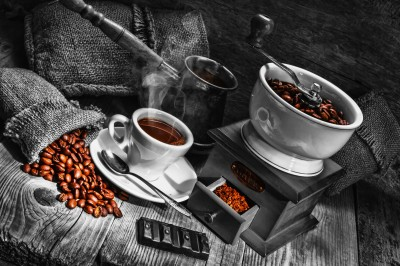 Czarnobiałe zdjęcie kawy i młynka
