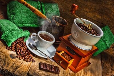 Filiżanka i zielone worki jutowe z kawą