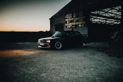 Czarne BMW 3 Trójka